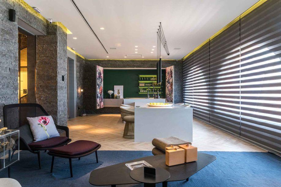 Marcando a estreia de Renata Matos na mostra, a Varanda Gourmet integra se propõe para além de apenas uma varanda, proporcionando uma experiência de ambientes integrados.