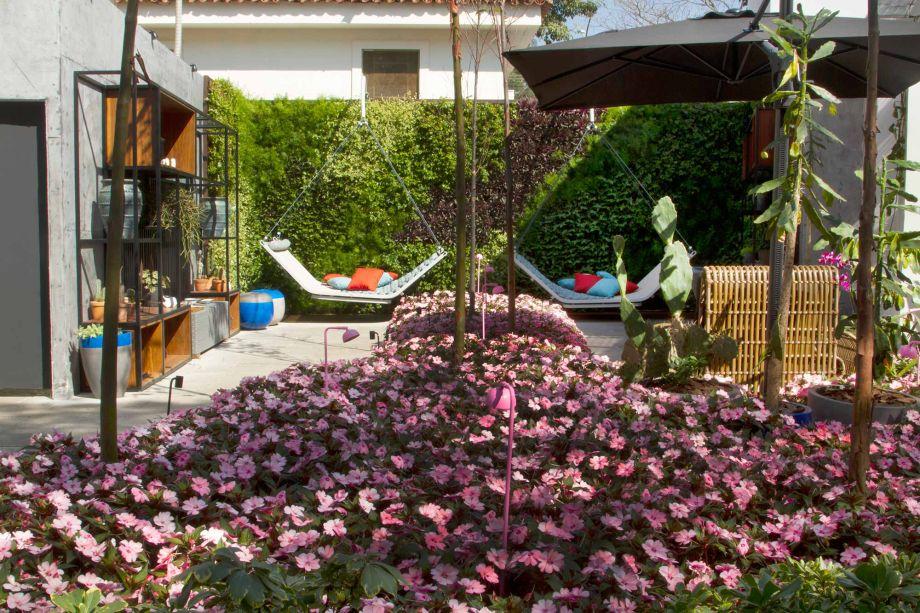 Mauro Contesini criou para a mostra em São Paulo o Jardim da Passarela, que convida ao passeio e ao descanso. O canteiro é desenhado pelo rosado das sunpatiens – flor popularmente chamada de maria-sem-vergonha.