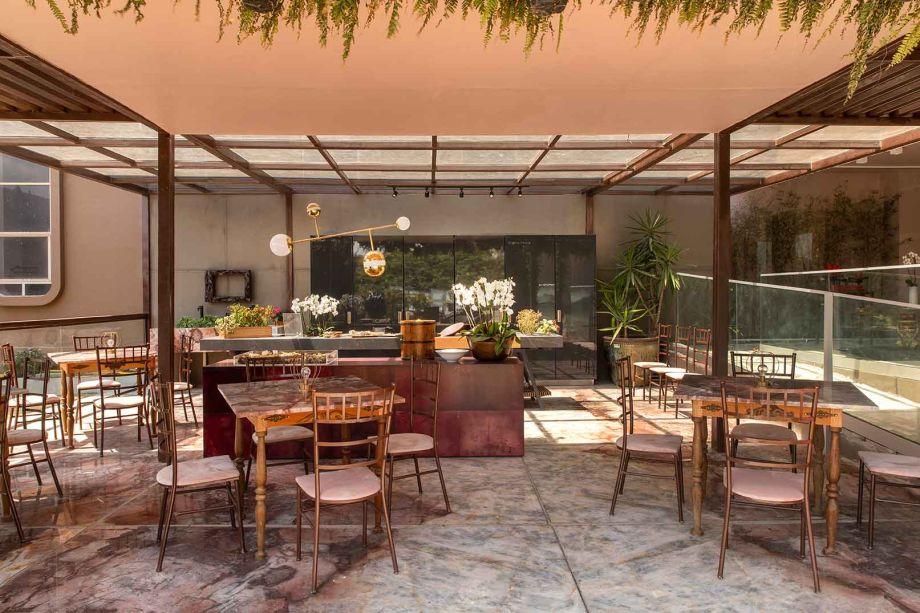No Drink Bar de Márcia Abreu para a CASACOR Espírito Santo, a cor blush e vários tons de rosa dominam do piso ao mobiliário. No balcão, a Orquídea Phalaenopsis rouba a cena.