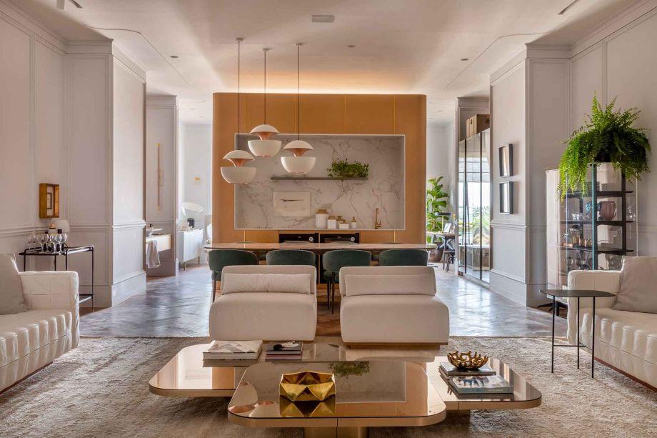 Alexandre Lobo e Fábio Cardoso também integram a mostra no Rio com o Loft Premium. Com piso de parquet, pé direito alto e boiseries nas paredes, o espaço foi equilibrado com uma ambientação contemporânea. A estética é minimalista e valoriza a circulação, com poucos móveis e uma volumetria arrojada.