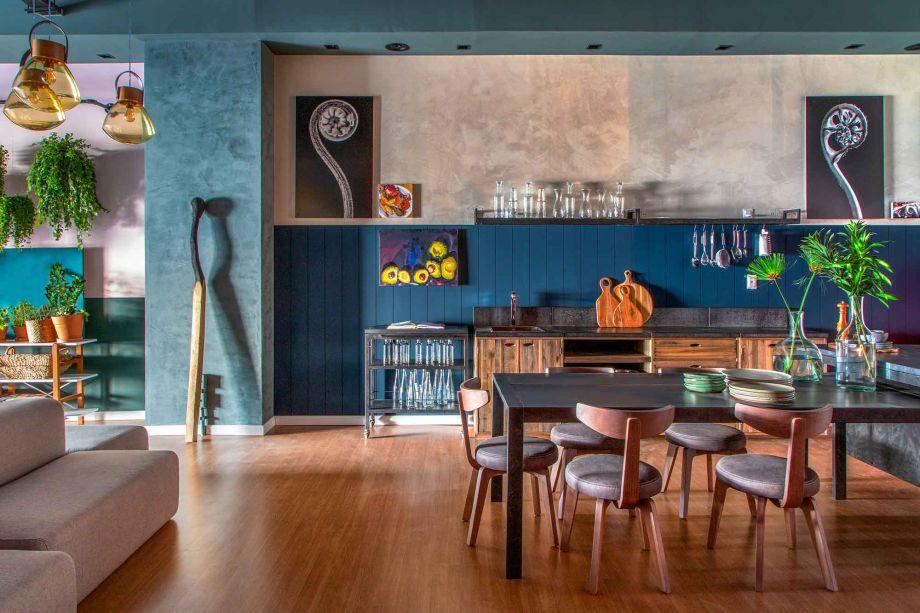 No Rio de Janeiro, o Loft Coral #Co.living de Leila Bittencourt é sinônimo de bom design, cor e humor. Uma planta livre e móveis com diferentes configurações desenham a sala colorida, que tira partido e ressignifica elementos originais da edificação, como vigas e tubulações.