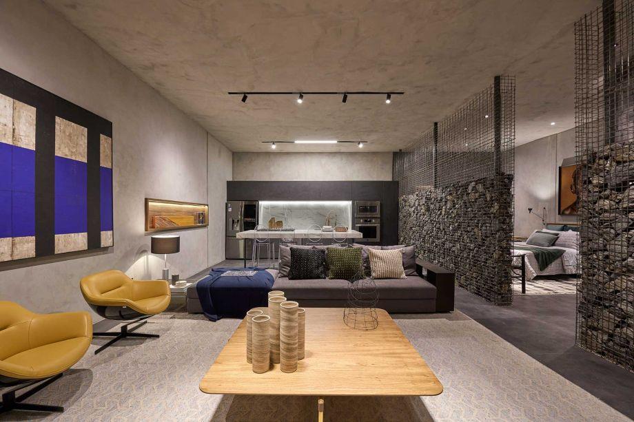 Já em Brasília, o escritório Guel Arquitetos projeta o Loft Gabbro com materiais brutos dispostos dentro de estruturas metálicas vazadas. Esta técnica, além de ter baixo custo de construção, causa pouco impacto ambiental. Os 90 m² são minimalistas, preenchidos com mobiliário contemporâneo.