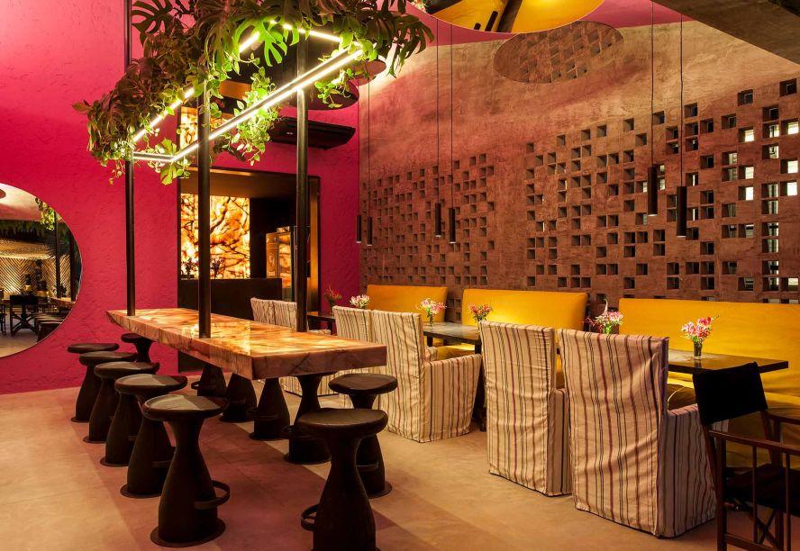 Restaurante Amado - David Bastos. Vibrante, exuberante, com diferentes cores e texturas. Assim é o ambiente do Restaurante Amado, assinado por David Bastos. Em um espaço de 80 m², inspirado na intensidade da arquitetura mexicana, seu colorido e traço característicos remetem a nomes como Ricardo Legorreta e Luis Barragán. Minuciosos detalhes de arquitetura e decoração fazem do restaurante o lugar ideal para curtir bons momentos com estilo e bossa. O balcão em quartzito com iluminação interna, paisagismo integrado ao terraço, uma bela cabaceira, jardim suspenso e espelhos redondos de diferentes tamanhos completam o ambiente contemporâneo.