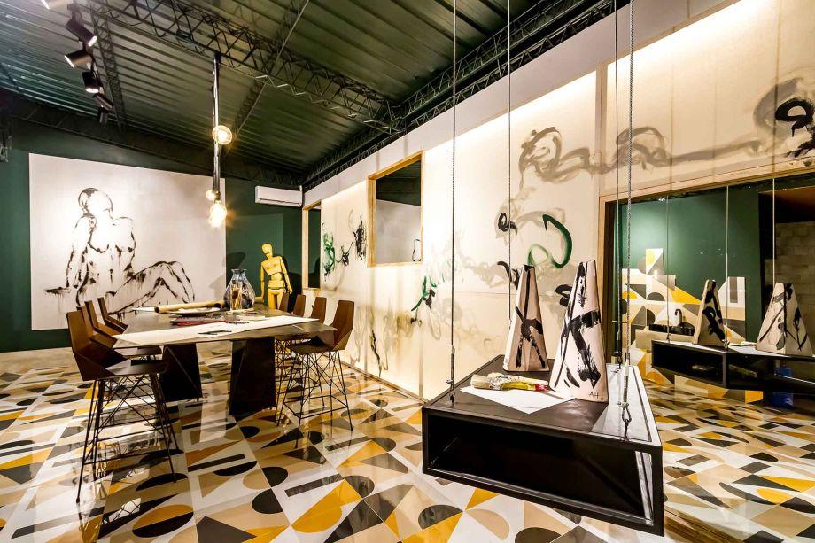 Também na Bolívia, o Atelier de La Artista de Ariela Hossen, Ma. Pia Hossen e Verónica de Hossen surpreende o olhar com a vida que emana do piso. A irregularidade dos padrões entra em consenso com as outras superfícies, que contribuem para a produção da arte. A leveza está nas linhas do mobiliário que organiza e expõe o material de trabalho.