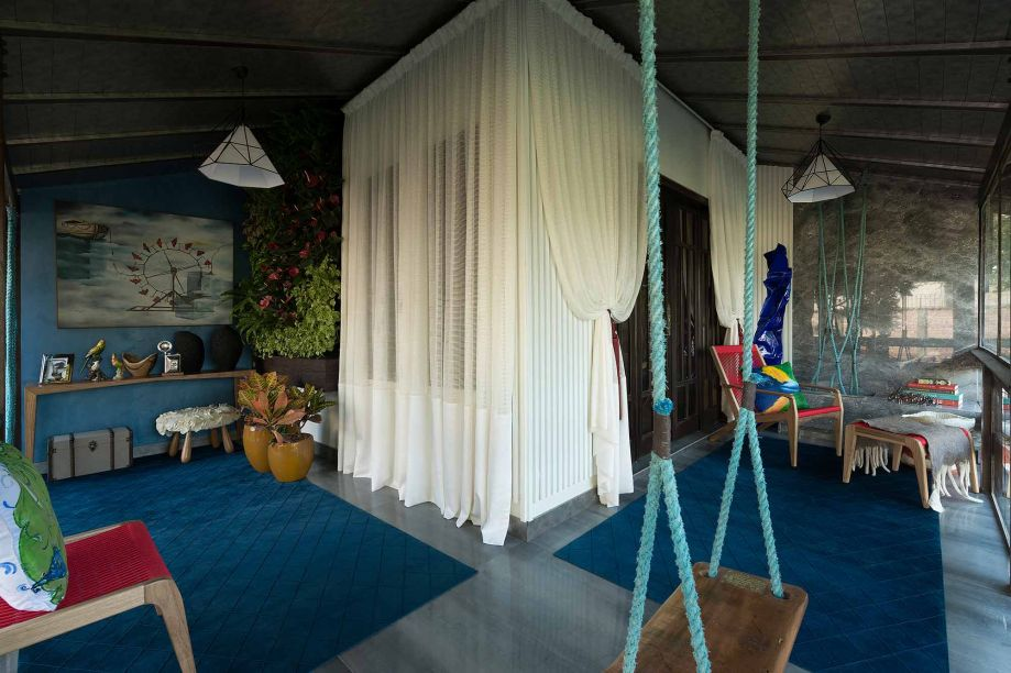 Na mostra em Balneário Camboriú, Larissa Palma Dias monta um jardim vertical, lareira e balanço para compor a Varanda do Lago de 12 m². O ambiente valoriza a relação com a natureza. O azul profundo faz um contraste com os tons quentes dos crótons.