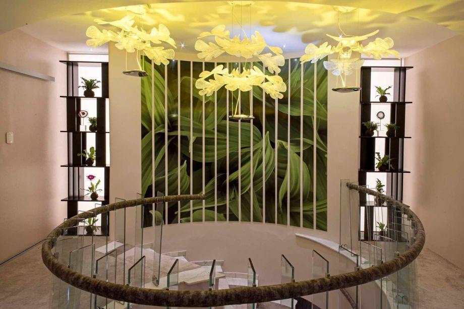 Central Rosé - Fabiola Brítez Fornerón. Para dar amplitude aos espaços, a arquiteta optou por um tom de rosa claro e materiais leves. As paredes são fundo de importantes obras de arte, reforçada pela iluminação indireta das luminárias pendentes, que criam uma atmosfera intimista.