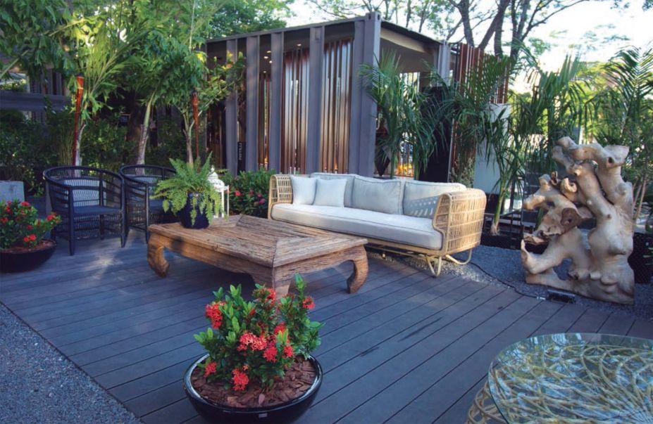 Jardín de la Fachada - Marcela Miranda. A natureza pura serve como ponto de partida para criar este jardim que emoldura a fachada. Destacam-se os jardins verticais que proporcionam um espaço para desfrutar do ar livre e contemplar os arredores.