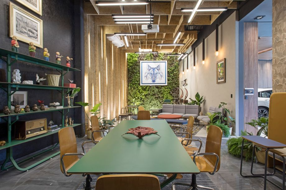 Lounge Maqmóveis - Fany Bogarín, Felipe Riva e Viviana Diez Pérez. Buscou-se dar sentido emocional ao espaço através do uso consciente dos recursos. Com objetivo de destacar a flexibilidade do ambiente, o projeto se divide em dois ambientes: um formal e minimalista para reuniões, e outro mais descontraído, focado em coworking.