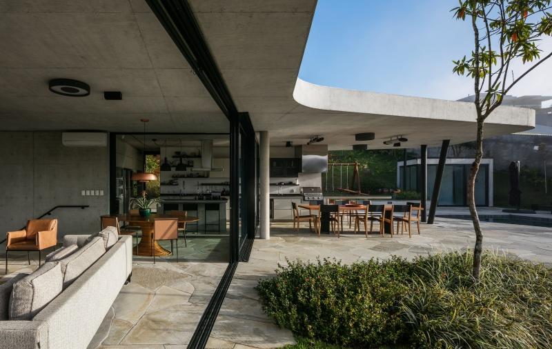 Projeto mais recente do Obra Arquitetos, a Casa LLF procurou explorar as relações com a vegetação que circunda o terreno. Construída em concreto armado, a casa foi distribuída em dois níveis.