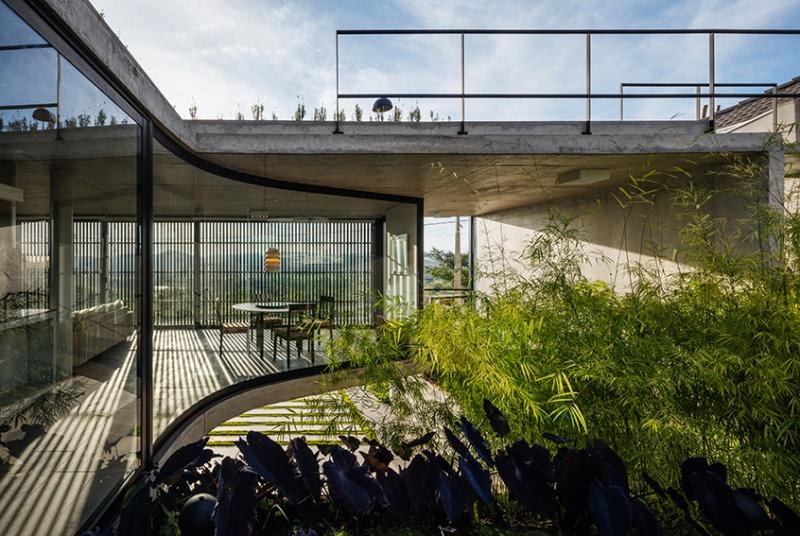 Também do Obra, a Casa LEnS se propõe a ser um espaço contemplativo e de reflexão. Para isso, foi desenhado um vidro curvo para que o pátio não tivesse segmentação e pudesse ser observado de todos os ângulos.