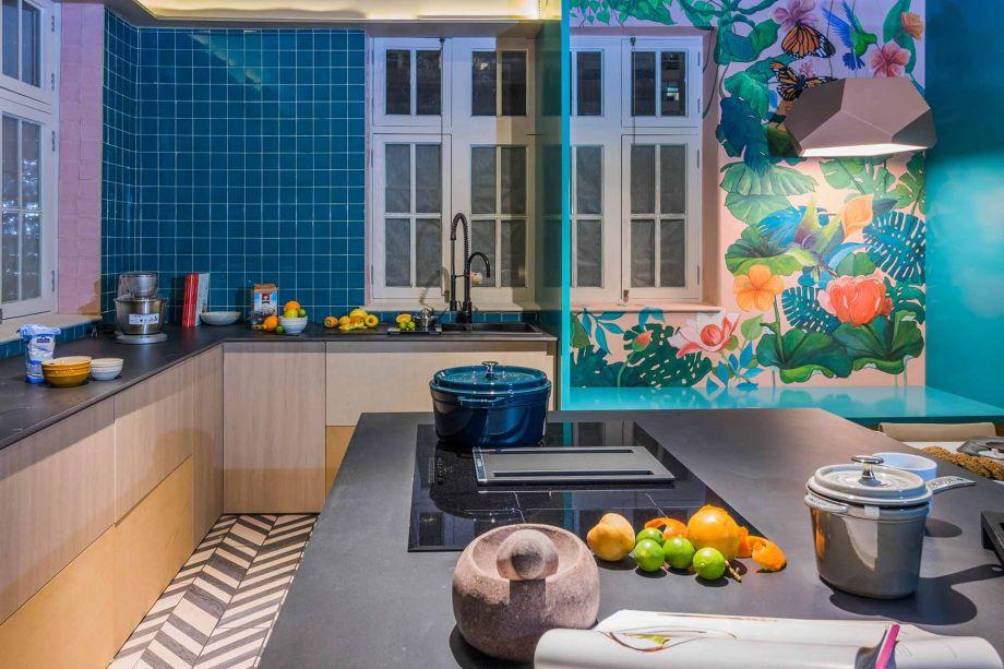No Peru, o ambiente La Cocina de la Investigadora Culinaria de Claudia Weis foi pensado para uma mulher dona de seu espaço. A cozinha vai além da praticidade e se transforma em ambiente criativo. A ilha articula várias funções e a pedra vem em uma tonalidade neutra, uma vez que as paredes ganham revestimentos de várias cores.