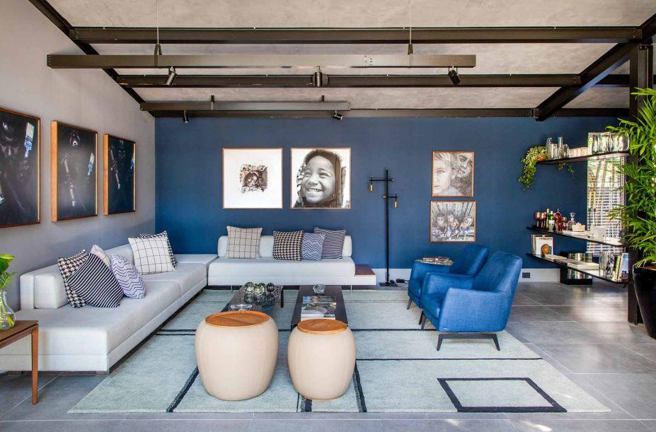 No Rio de Janeiro, a Casa do Bem conquista o olhar com azul profundo e móveis sem excessos. Outro atrativo do projeto de Jorge Delmas está na estrutura. Ela foi construída em apenas quatro dias e, no total, os 145 m² levaram pouco mais de um mês para serem concluídos.