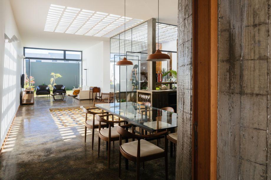 A Casa Sem Dono Nº 01 do Vão se fez com um pé-direito mais baixo, nivelado pelo volume de concreto aparente. Jogos de luz natural e reflexos são mutáveis conforme as estações do ano, no projeto que se divide em dois níveis.