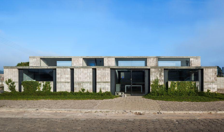 O Vão Arquitetura é responsável pela Sede de uma Fábrica de Blocos, em Avaré (SP). A construção foi feita sem utilização de argamassa, viabilizando uma rápida montagem e uma possível realocação. A estabilidade foi garantida pelo aumento significativo da espessura das paredes, transformando-as em verdadeiras muralhas de blocos aparelhados.