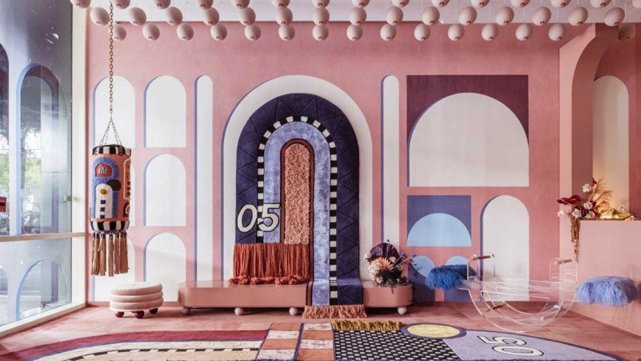 Altis Ornamentum - Moniomi - CASACOR Miami 2019. Com um tema voltado ao esporte, o estúdio projetou cada peça sob medida. A sala é coberta inteiramente por papel de parede que lembra o estilo greco-romano. A paleta de cores foi inspirada nas variações de tons da luz do sol de um dia no céu.