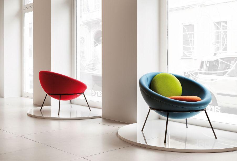 A Bowl Chair é sem dúvida uma de suas criações mais relevantes. Datada de 1951, a peça é estruturada em ferro maciço e revestida em lã pura importada do Peru. Atualmente, é produzida pela Arper em parceria com o Instituto Lina Bo e P.M. Bardi em São Paulo.<strong></strong>