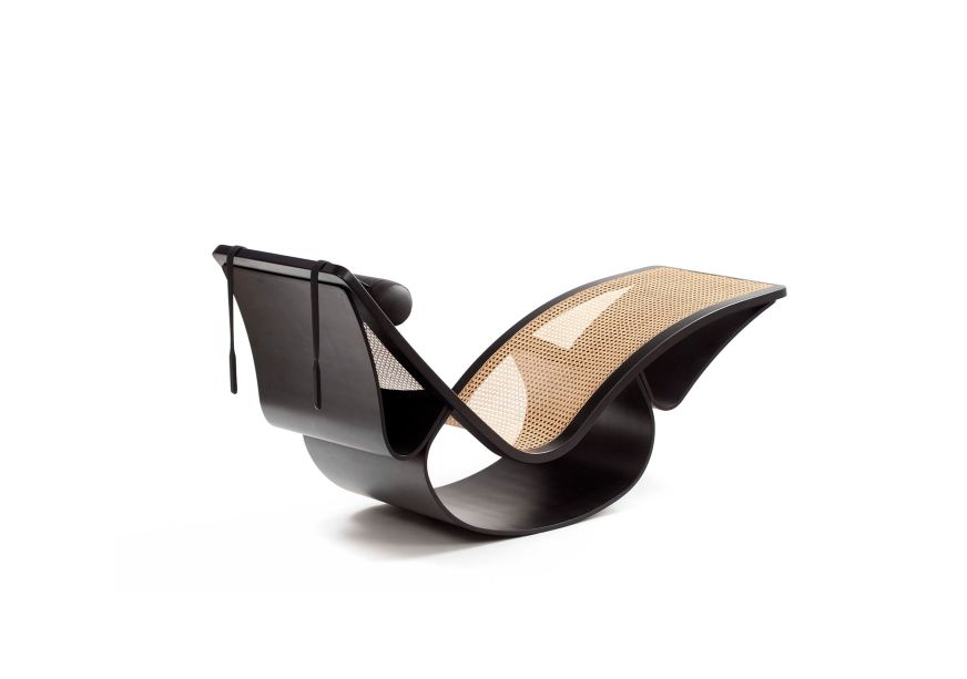 Foi então que decidiu desenhar suas próprias peças, como a icônica Cadeira de Balanço Rio (foto), o Banco Marquesa e a Poltrona Alta, reeditadas pela marca ETEL.