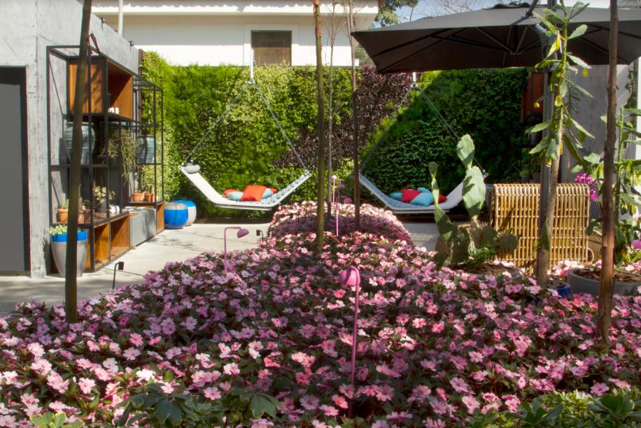 CASACOR São Paulo 2019. Jardim da Passarela - Mauro Contesini. O espaço de 80 m² foi pensado como um lugar de descanso. A parede verde traz o aconchego da natureza, destacando os balanços.