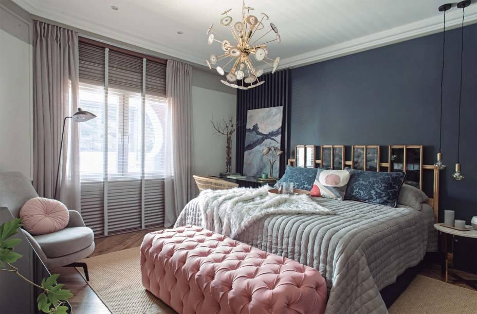 CASACOR Paraguai 2019. Espacio Azahar - Beatriz Ballasch. A combinação de cores, texturas e materiais tornam o espaço delicado, servindo ambas funções de descansar e trabalhar. Em contraste com a parede azul marinho, a cabeceira de madeira e espelhos é destaque do espaço.