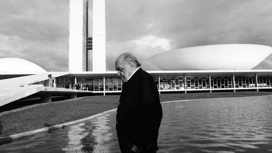 As marcantes obras arquitetônicas de Oscar Niemeyer são a identidade do seu trabalho, que também passou pelo design. O arquiteto, que teria completado 112 anos no último 15 de dezembro, acreditava que o mobiliário da época desvalorizava a arquitetura.