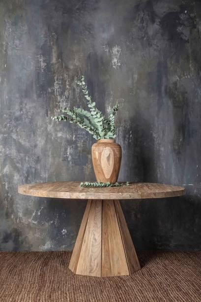 A DAREELS, marca de design de móveis, peças de decoração e luminárias, irá apresentar uma linha exclusiva de décor usando materiais 100% reciclados. Um dos desafios da marca é manter as características naturais dos produtos, o que dá a cada peça uma particularidade que lhe é única. Na foto, a mesa de jantar JATI WL, produzida a partir de madeira teca recuperada.