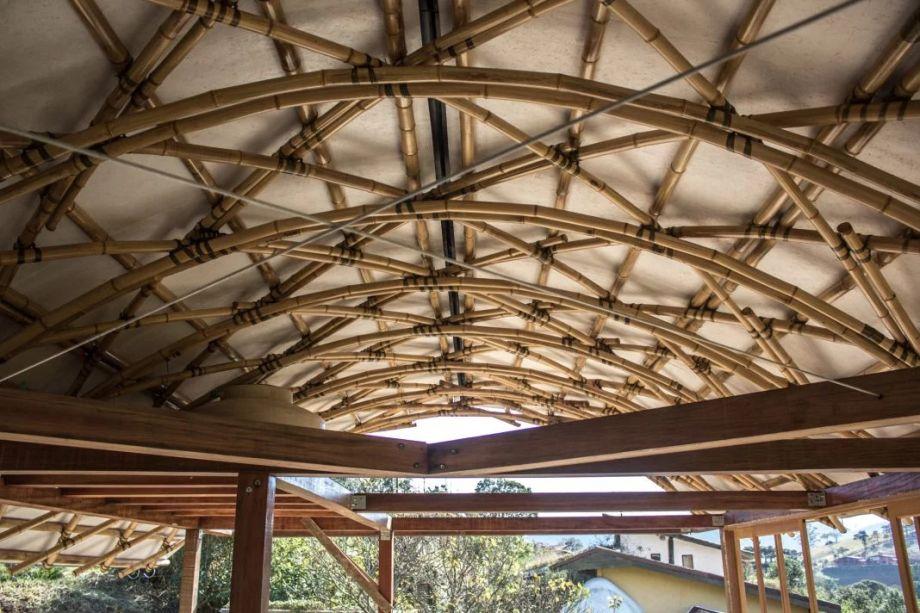 Casa das Birutas: residência em Piracaia (SP) é feita com técnicas de bioconstrução e possui telhado curvo de bambu.