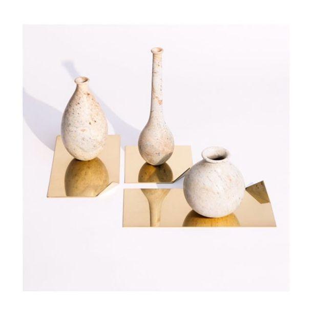 A Alva Design tem ganhado repercussão por seus trabalhos com pegada retrô/contemporânea. Fundada em 2012 pelos irmãos Susana Bastos e Marcelo Alvarenga, a Alva é um escritório de design de mobiliário e objetos, com projetos diferenciados e um olhar voltado para a arquitetura e artes plásticas. A dupla desenvolve produtos que vão além e exploram funções não tradicionais. Na foto, os vasos Irina, Masha e Olga sobre bandejas Quina.