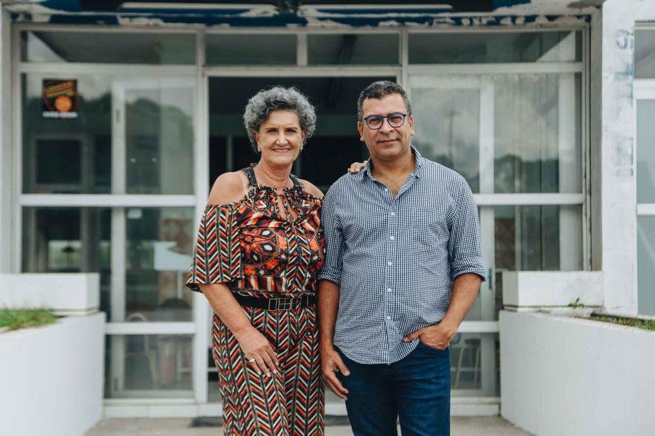 A diretora da CASACOR Paraná, Marina Nessi, ao lado do diretor de Relacionamento e Conteúdo da CASACOR, Pedro Ariel Santana.