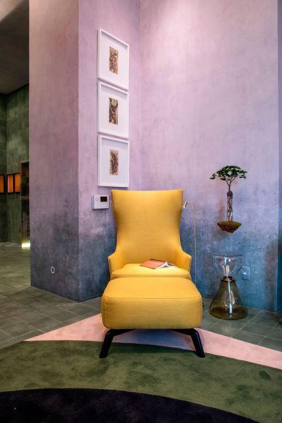 """CASACOR São Paulo 2019. Living do Colecionador - Naomi Abe. A paixão por arte, design e arquitetura foram a inspiração para o """"Living do Colecionador"""", um espaço de entrada em forma de cubo minimalista e monocromático de ladrilhos hidráulicos verdes. Ao lado deles, o papel de parede degradê dá uma textura rústica ao ambiente."""