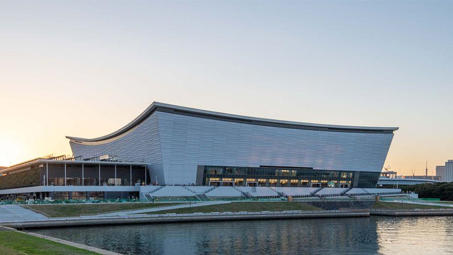 Projeto de Kume Sekkei, a Arena Ariake será local dos jogos de vôlei. A construção conta com um teto convexo que, somado ao revestimento externo cinza, se diferencia na paisagem da cidade.