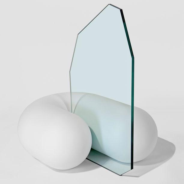 <strong>Müsing-Sellés -</strong>Uma colaboração entre o arquiteto espanhol Álvaro Gómez-Sellés e a arquiteta canadense Marisa Müsing, este estúdio de Nova York explora a relação entre forma e função, criando peças de mobiliário ambíguas que parecem renderizações digitais.No Collectible, o estúdio mostrou um assento de dupla face que usa pedra arredondada para criar a ilusão de uma forma macia, com um encosto de vidro.