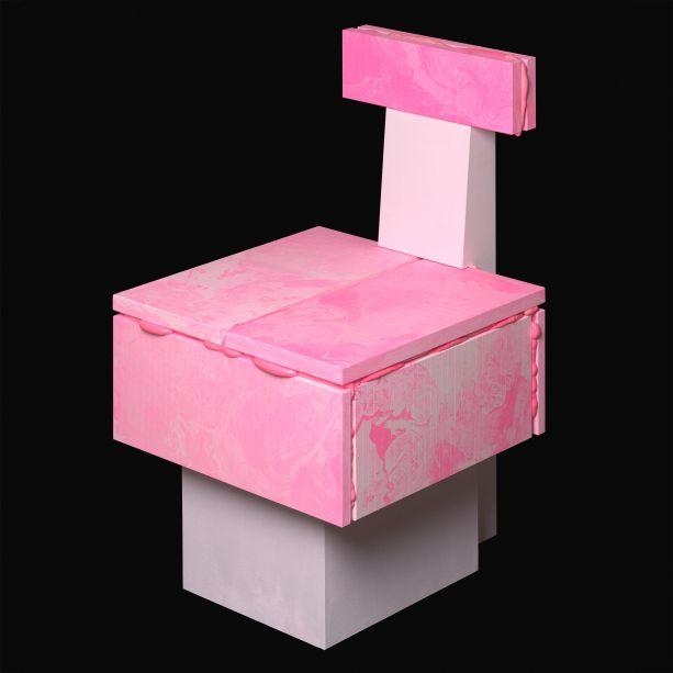 <strong>Hitencho -</strong>Sang-hyeon Cho fundou a Hitencho em Seul, Coréia, em 2017, depois de se formar na Design Academy Eindhoven. Na Collectible, como parte da exposição da Fracas Gallery, a cadeira Pop da Hitencho é um exemplo perfeito da abordagem de Cho com os materiais, explorando métodos de produção antigos para criar novas técnicas e estruturas e formas inesperadas.Inspirada no isolamento de espuma usado na construção, a espuma de poliuretano rosa é usada para preencher as lacunas entre os pedaços de placas de gesso pigmentadas, unindo-os e criando uma forma imprevisível. O padrão na superfície da placa de gesso é criado usando o cymatics - uma técnica científica que traduz vibrações sonoras em uma forma líquida.