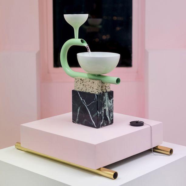<strong>Arthur Hoffner -</strong>Arthur Hoffner, de Paris, reúne escultura, design e artesanato para explorar como os objetos antigos podem ser recriados e repensados usando técnicas contemporâneas. Para a Collectible, ele apresentou uma série de fontes, que à primeira vista parecem uma pilha de objetos encontrados, mas são realmente feitas de porcelana, mármore e latão de Sèvres.