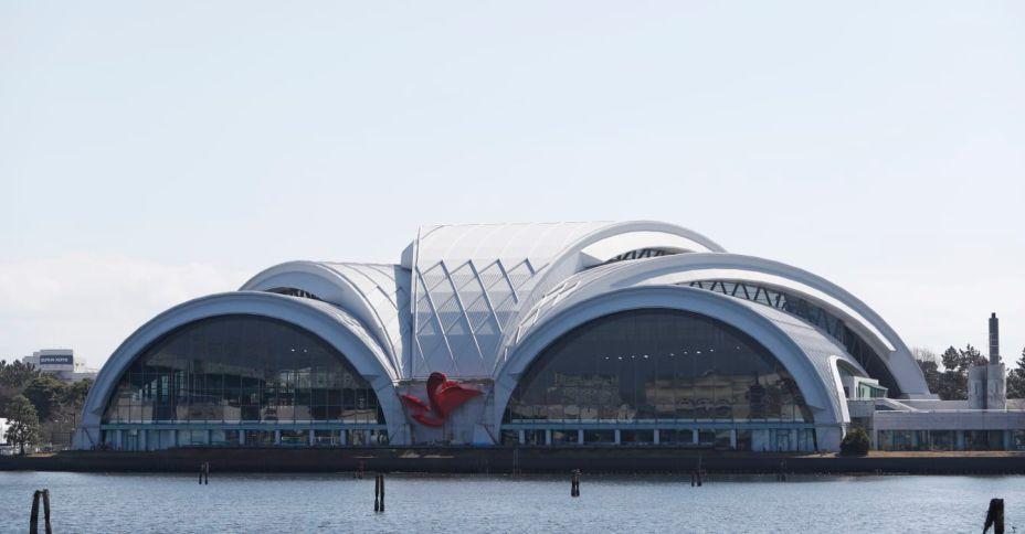 Os arcos característicos do Centro de Polo Aquático Tatsumi estão em Tóquio desde 1990, quando foi desenhado pelo escritório japonês Environment Design Institute. A instalação será utilizada para competições de natação e outros esportes aquáticos.