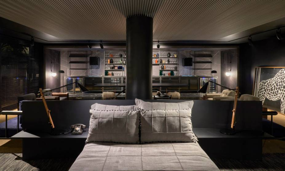 O visual sóbrio e introspectivo ganha nova configuração quando integrado. Com a ideia de que a arte transforma, a Casa da Girafa/Cinex de Leo Romano aposta nas transparências no mobiliário. O chão ganha um toque natural com o tapete. Casa da Girafa/Cinex - Leo Romano - CASACOR Goiás 2019.