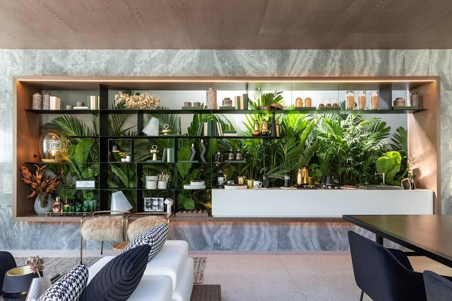 Casa Grão por Starbucks at Home - Très Arquitetura. As sócias da Très Arquitetura guiaram-se pelo conceito do grão, que se define não só pelo nascimento do café, mas pelo princípio de profusas vidas, para desenvolver o ambiente de 100 m². As arquitetas também se inspiraram nas linhas do pavilhão de Mies Van Der Rohe, em Barcelona, e criaram um espaço em formato de caixa de vidro, que engloba living, sala de jantar com uma pequena cozinha, terraço e uma suíte master.