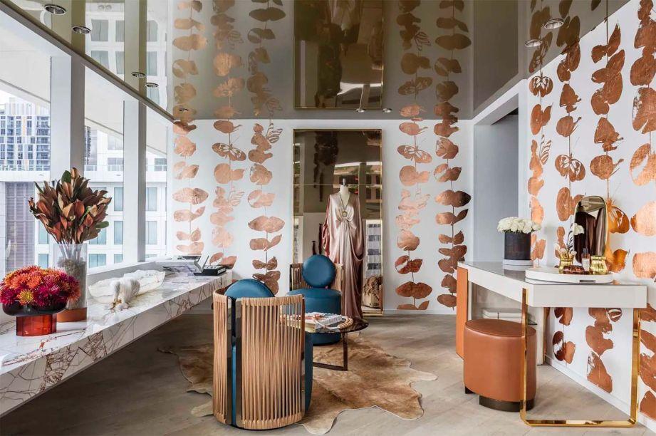 CASACOR Miami - Sky High Retreat - B+G Design. Desenhar e ler. O casal Giselle Loor e Brett Sugerman pode ter encontrado a receita Com uma paleta de cores neutras quentes misturada com texturas e materiais metálicos, o casal Giselle Loor e Brett Sugerman da B+G criou uma suíte lídica que estimula a criatividade.