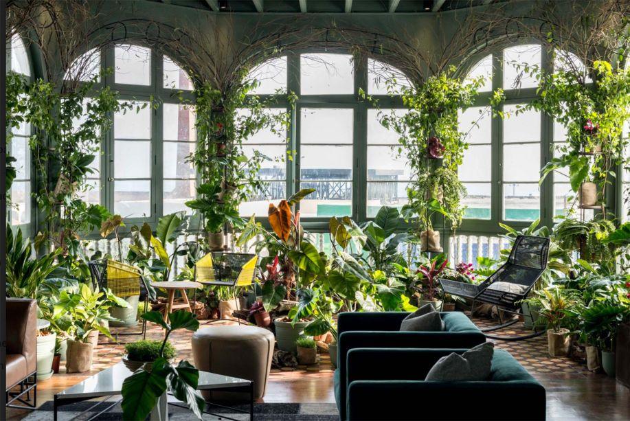 CASACOR Peru 2019. Viride - Claudio Solari e Mónica Bazo. O verde é o coração deste projeto. Os vasos de plantas de diversos tamanhos ocupam o mobiliário e o piso, transformando o ambiente em uma paisagem. Além deles, folhagens emolduram as janelas.