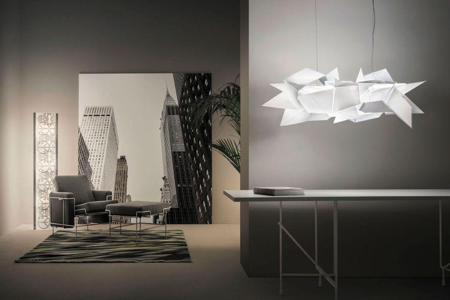 Pendente Córdoba, desenho original de Daniel Libeskind. A aparência assimétrica é inspirada na arquitetura da cidade argentina de Córdoba, onde luzes circulam desarticuladas, de forma mística. Completamente montada à mão, a peça é uma escultura de luz contemporânea, original e sustentável.