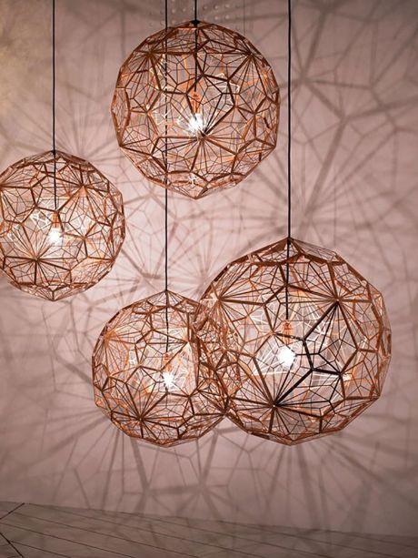 Pendente Etch Web Lamp, de Tom Dixon. A luminária de estrutura aberta e circular lança sombras geométricas e desenha formas decorativas nos interiores. O enorme globo é supreendentemente leve, pesando apenas 980 gramas, correspondendo ao seu visual etéreo.