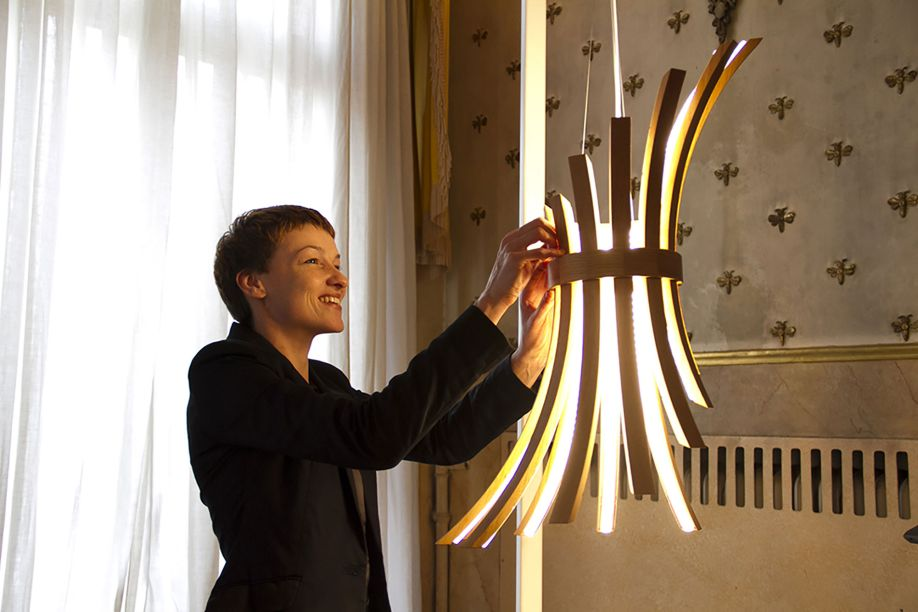 A luminária Filò une o melhor da sustentabilidade e tecnologia. Eco-friendly, a peça é feita de hastes de madeira que deslizam e podem ser reconfiguradas. A última tecnologia em LED foi incorporada na peça, que é design de Laura Modoni.