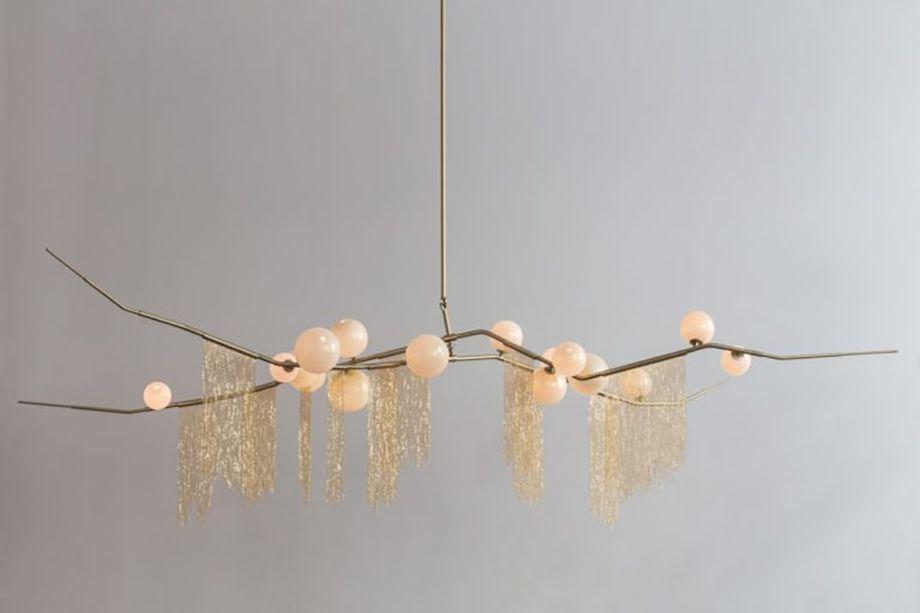 Do estúdioLindsey Adelman, a luminária é inspirada em uma luz rosada que aparece no céu crepuscular. A peça é resultado da colaboração de Adelman com os designers Mary Wallis e Karl Zahn, que reinterpretaram a beleza dos fenômenos naturais em peças modernas e leves.