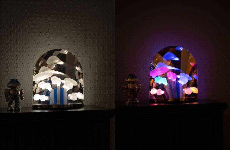 Peça de estreia do designer holandês Ward Wijnant, que desenhou uma luminária de mesa que brilha em luzes coloridas durante a noite. Contemporânea, a chamada Space Time Lamp é a pefeita companhia para estes tempos não-convenciais.