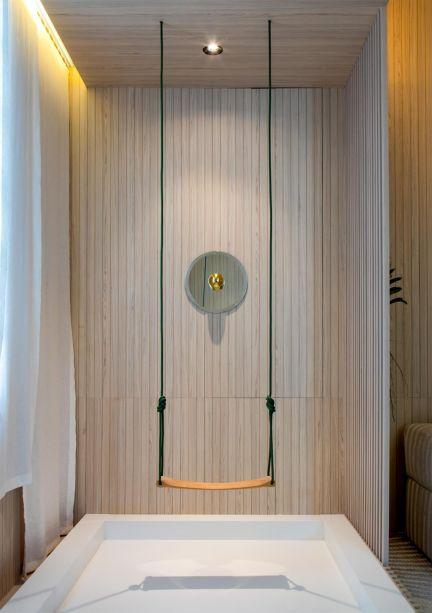 Os balanços colaboram para a atmosfera lúdica, aconchegante e romântica da sala.