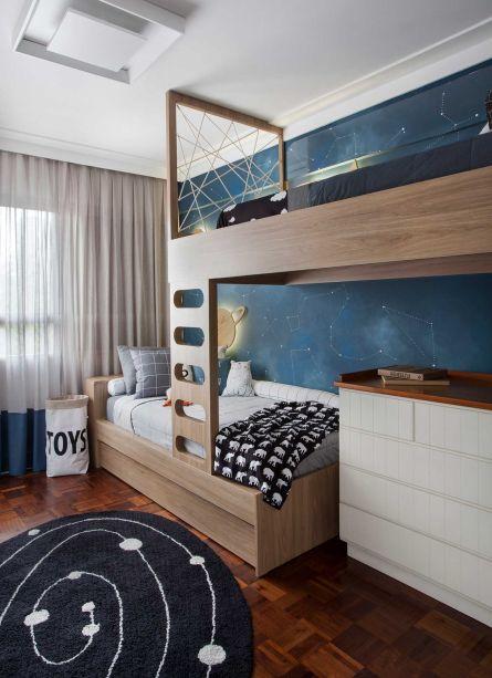O quarto ainda conta com uma pintura sob as estantes que remete a um foguete. A beliche feita sob medida tem camas com cabeceiras em lados opostos e uma sobreposição que aproveitou melhor a área.
