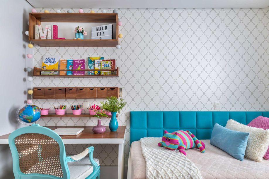O tom azul era indispensável para Malu, de 10 anos, que queria ver no quarto sua cor favorita. Para isso, a arquiteta elaborou uma cabeceira em L ao redor da cama em um azul vibrante. Os 10 m² também contam com uma área de estudos em madeira rústica.