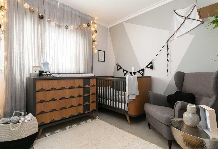 """Com diversas soluções para quartos pequenos, o projeto Pipa se destaca pela inusitada escolha da cor preta, que costuma passar longe de quartos infantis. O segredo, segundo a arquiteta, é balancear. """"Se está na cômoda e no berço, não pode dominar toda a parede"""", comenta."""