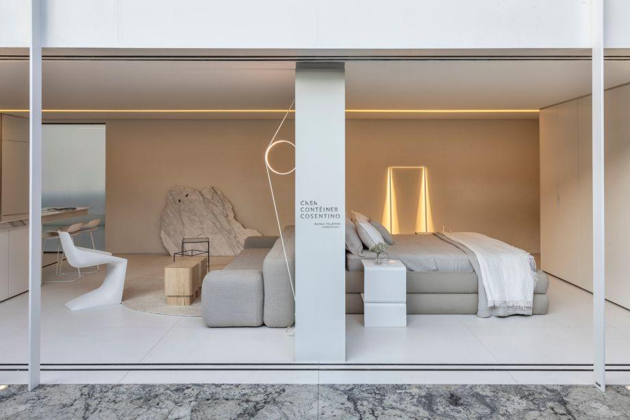 CASACOR São Paulo 2019. Casa Contêiner Cosentino - Marilia Pellegrini. O minimalismo cromático característico da Casa Contêiner é sobrescrito por peças importantes de design, como as luminárias de Oki Sato, que levam uma sofisticação surpreendente ao espaço.
