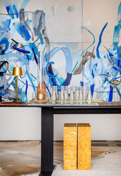 Sala da Colecionadora - CASACOR Rio de Janeiro 2019. Para que as obras ocupem o lugar de destaque, um ambiente que concilia intimismo e minimalismo. Os móveis e tecidos são brancos ou em leves tons de cinza. Alguns móveis são novos e outros, recriados a partir de peças antigas.