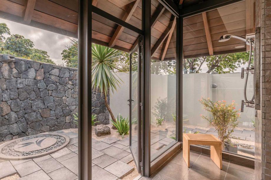 Para inspirar casas na praia, o resort apresenta espaços projetados para inspirar a conexão com o ambiente natural. A decoração repleta de madeiras, pedras vulcânicas e outros materiais naturais trazem para o interior a atmosfera tranquila da ilha africana Mauricio.